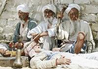 Зачем в странах средней Азии местные жители во время сильной жары носят шапки-папахи и ватные халаты?