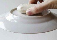 Кусок мыла сильно прижмите к тарелке, смоченной водой