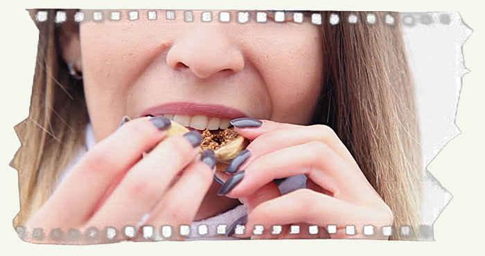 Девушка кусает инжир