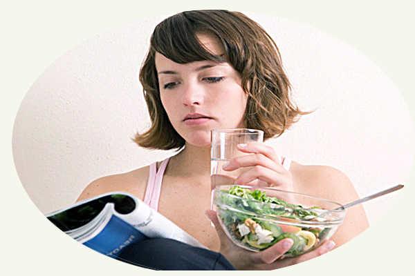 Пищу запивает водой
