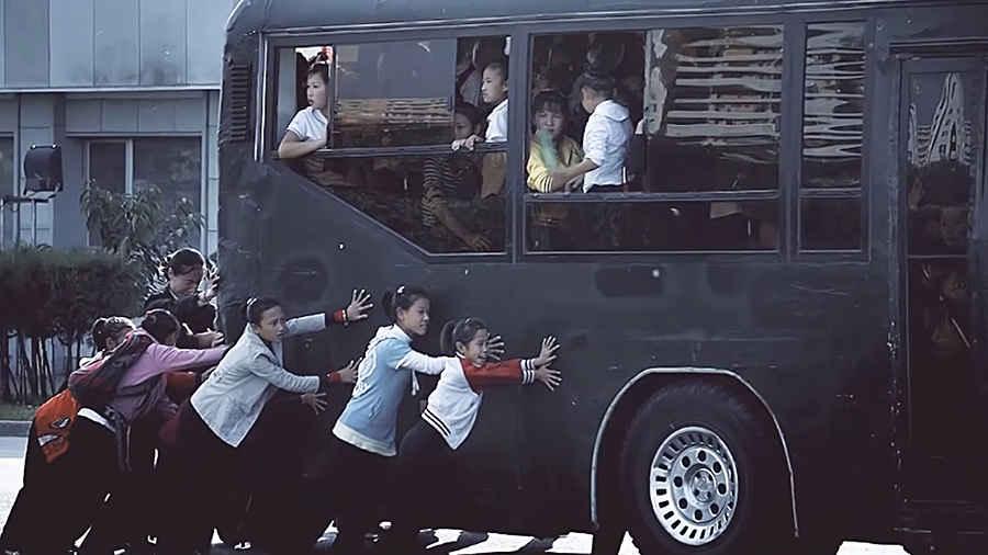 Дети Северной Кореи толкают автобус
