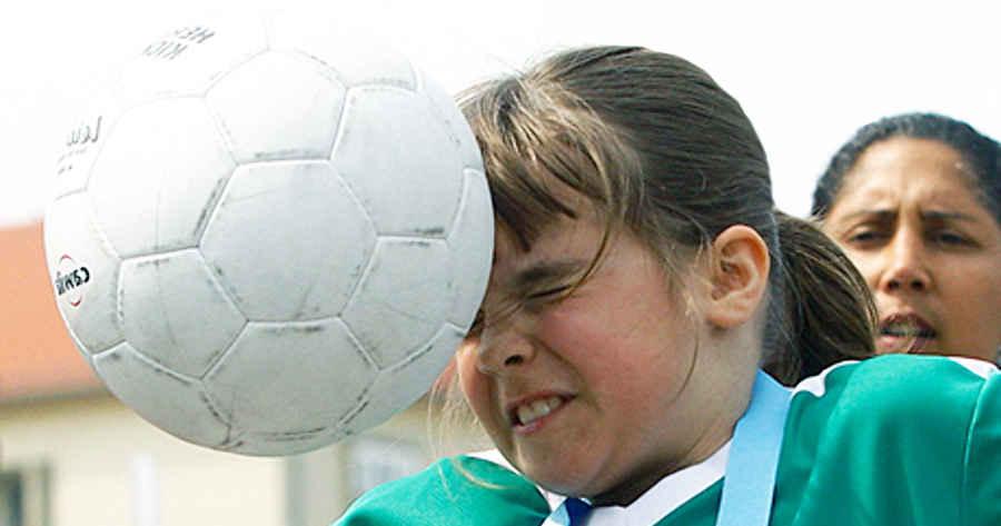 Запрещенный удар мячом в голову подростка